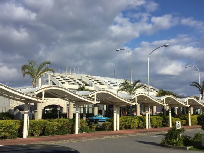 久米島空港を駐車場側から撮影