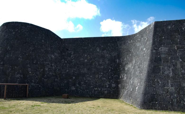 日本100名城首里城上の毛城壁の曲線美