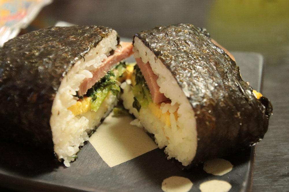 沖縄コンビニの変わり種ポーク玉子おにぎりを食べ比べ!