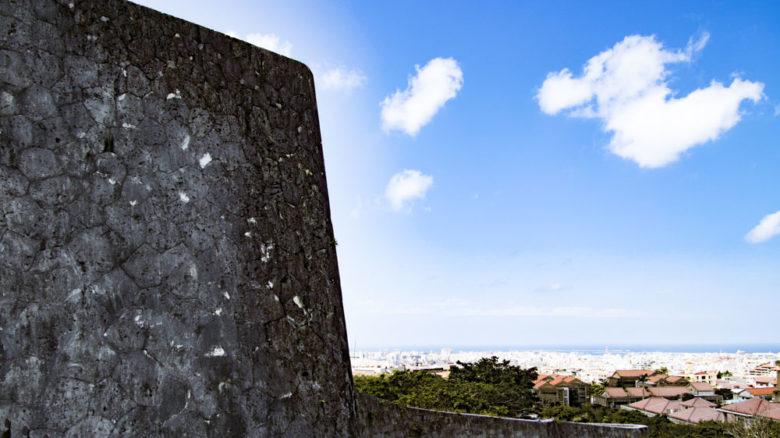 首里城は日本名城100の一つで上の毛の城壁が素晴らしい。