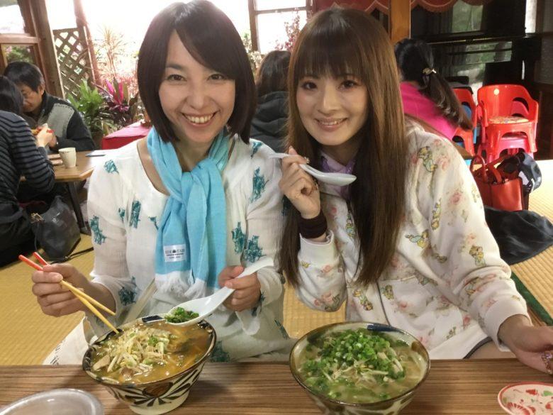 久米島の沖縄そばやん小で食べる二人