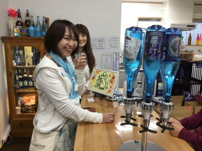 久米島の小さな酒造工場で泡盛の試飲