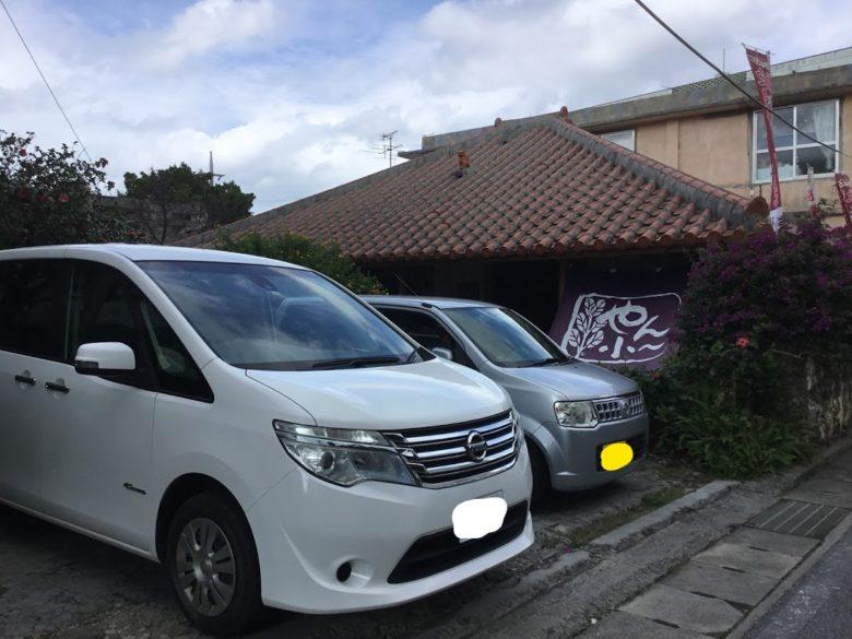 久米島の沖縄そばやん小の駐車場