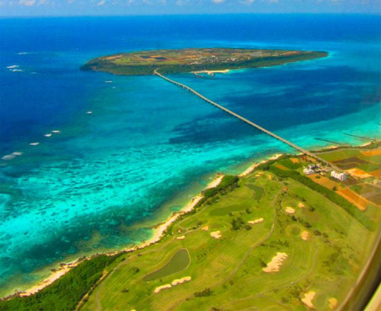 宮古島から来間島が見えるゴルフ場