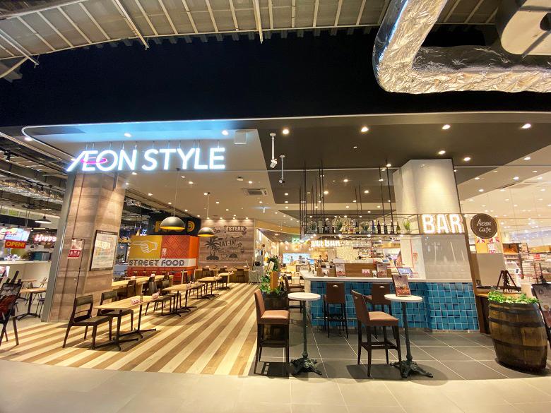 新しいショッピングモールのカフェコーナー