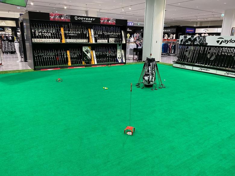 新しいショッピングモールのゴルフパッティングコーナー
