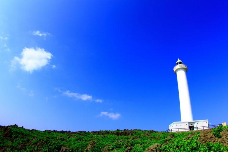白亜の大型灯台「残波岬灯台」と「金城パーラー50周年」