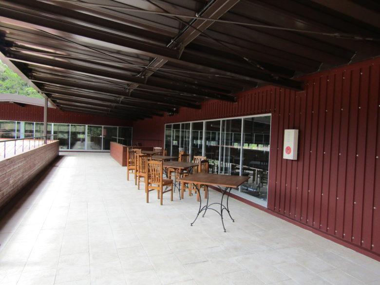 琉球村の咲元酒造は二階からガラス越しに見学
