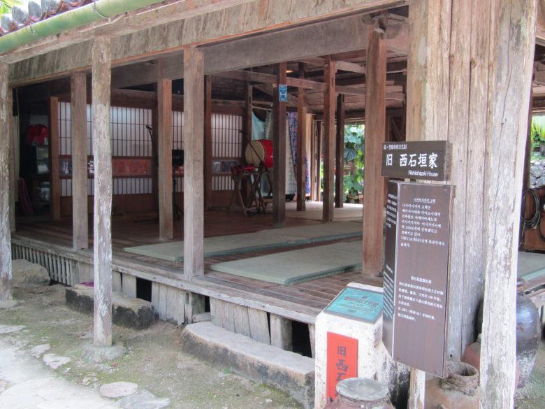 島唄ライブが楽しめる琉球村の古民家