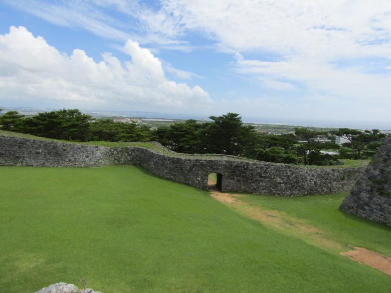 世界遺産座喜味城跡石垣の上から二の郭を臨む